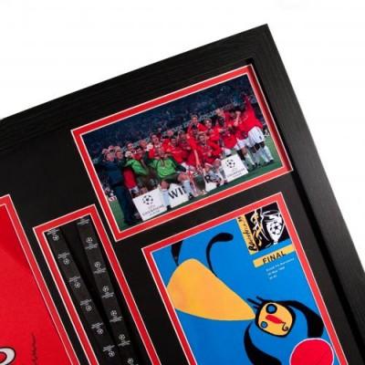Манчестер Юнайтед Футболка с автографами игроков и медаль (багет)